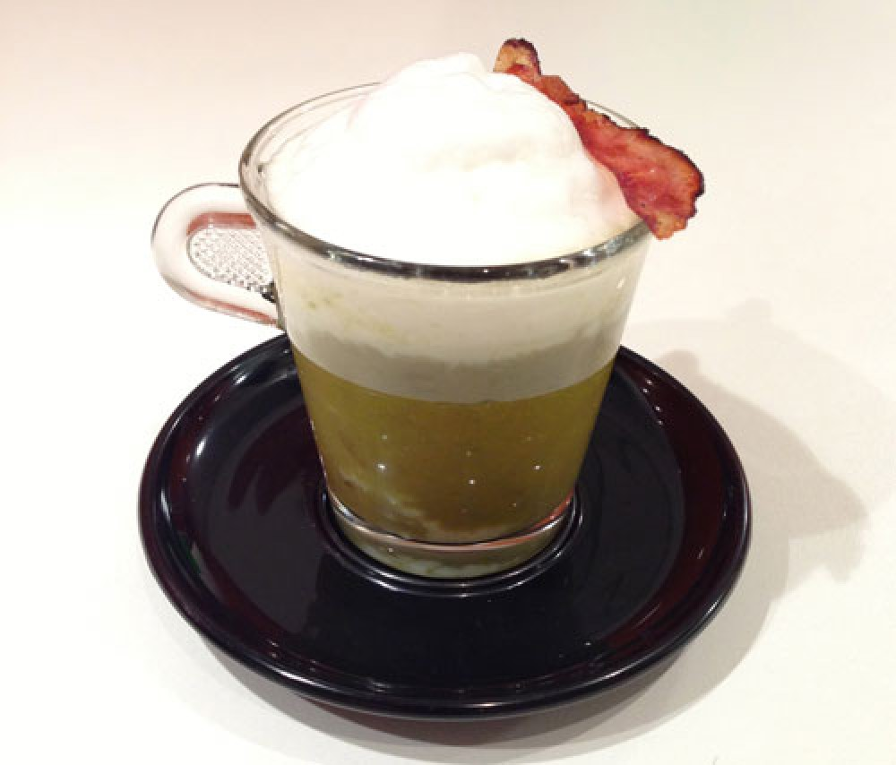 Spargelcappuccino mit Speck-Amuse-Gueule